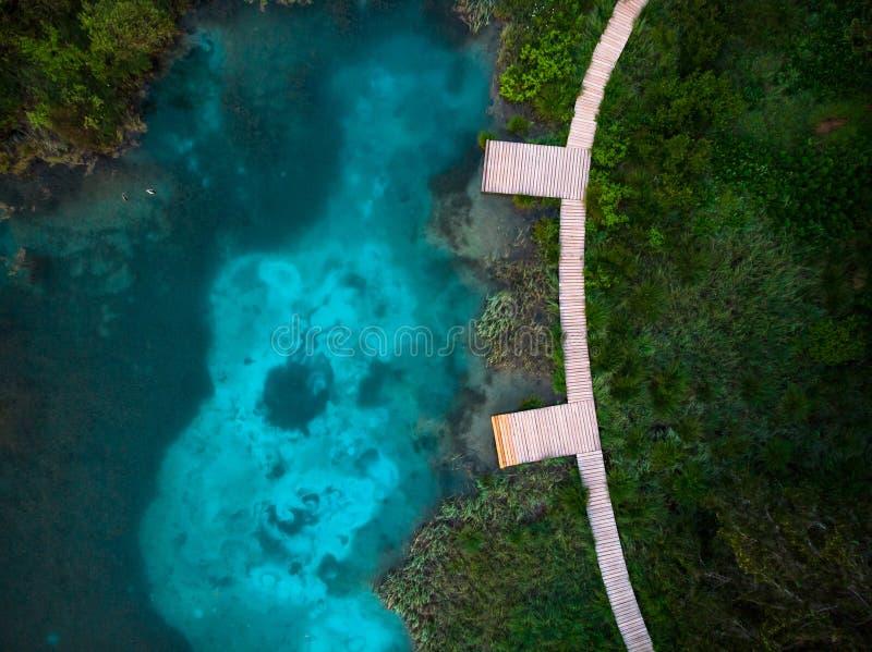 Красивые цвета озера в Zeleci, Словении Вид с воздуха трутня стоковые фото