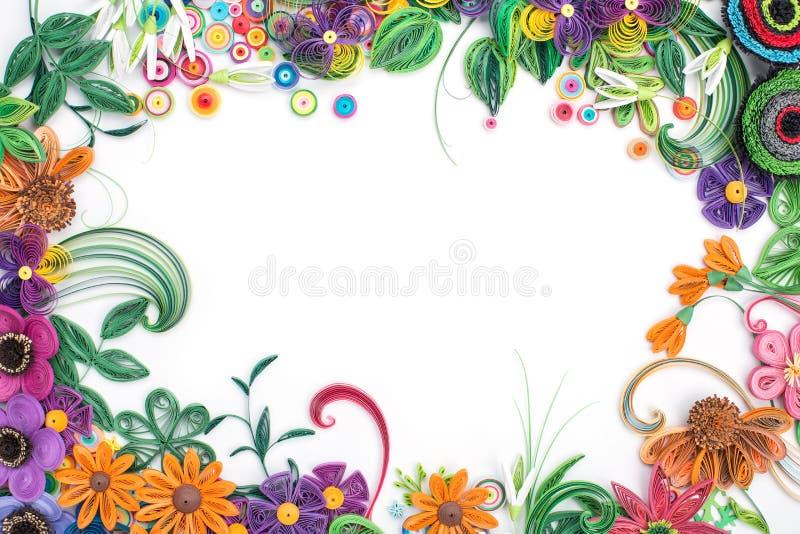 Красивые цветки в рамке сделанной в quilling искусстве стоковое изображение