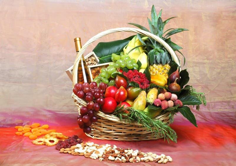 Красивые цветки и плодоовощи в корзине a стоковое фото rf