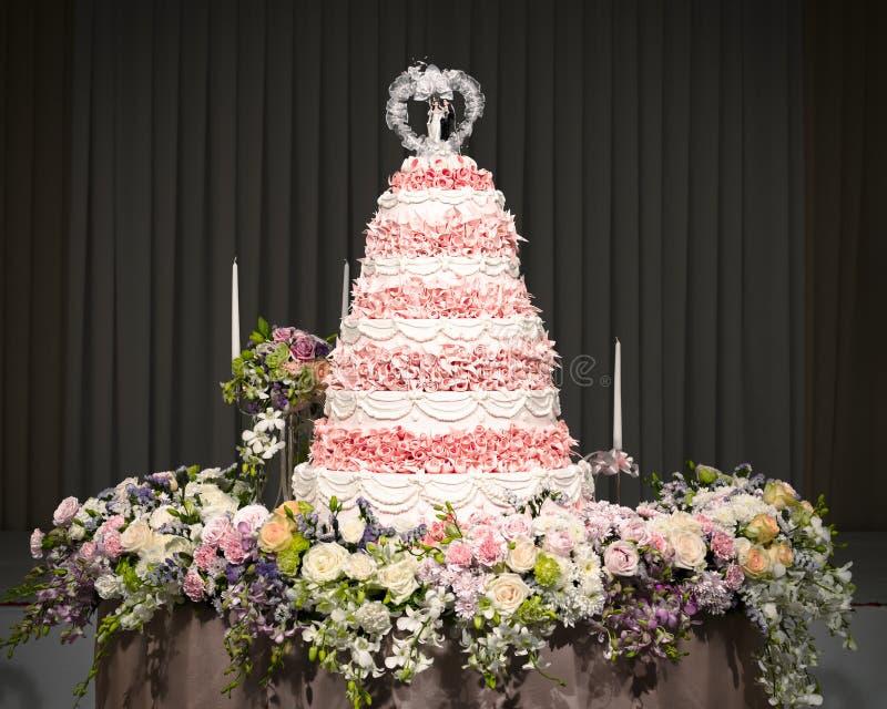 Красивые цветки и украшения вокруг свадебного пирога - (Отборный стоковое изображение rf