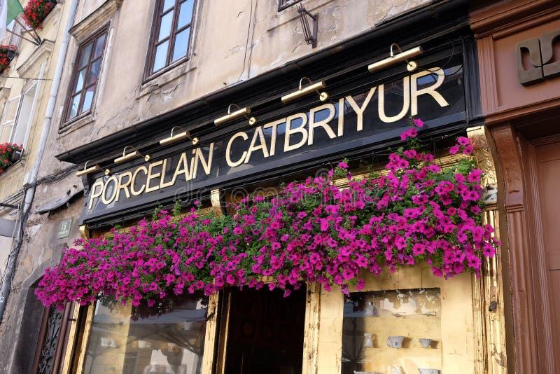 Красивые цветки над входом к фарфору магазина в Любляне стоковое изображение