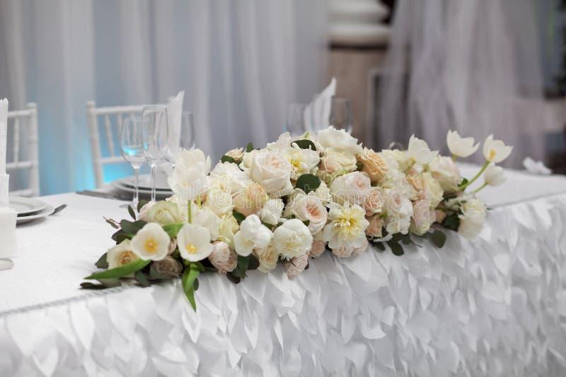 Красивые цветки на таблице в дне свадьбы стоковая фотография