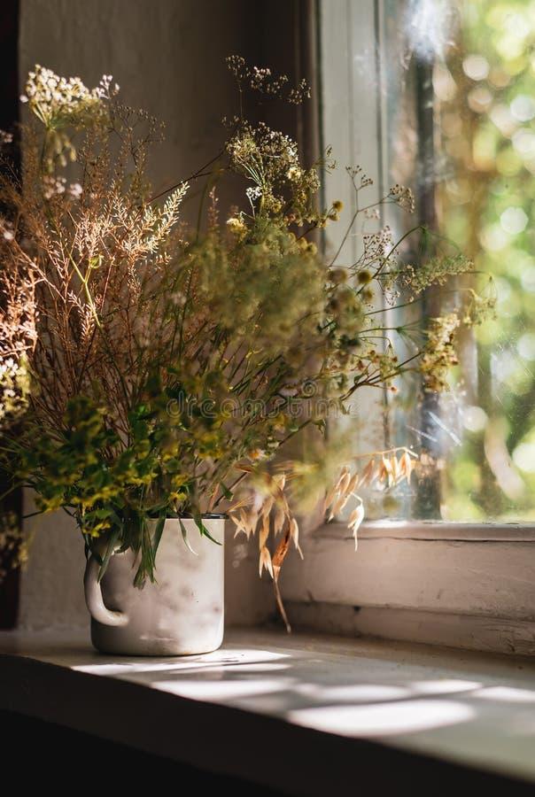 Красивые цветки поля, сельский букет в чашке белого металла стоковые фото