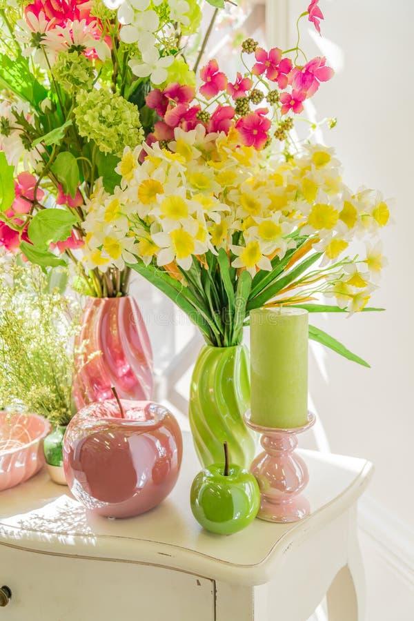 Красивые цветы в зелёных и розовых вазах, веранчи и стеклянные яблоки н стоковая фотография