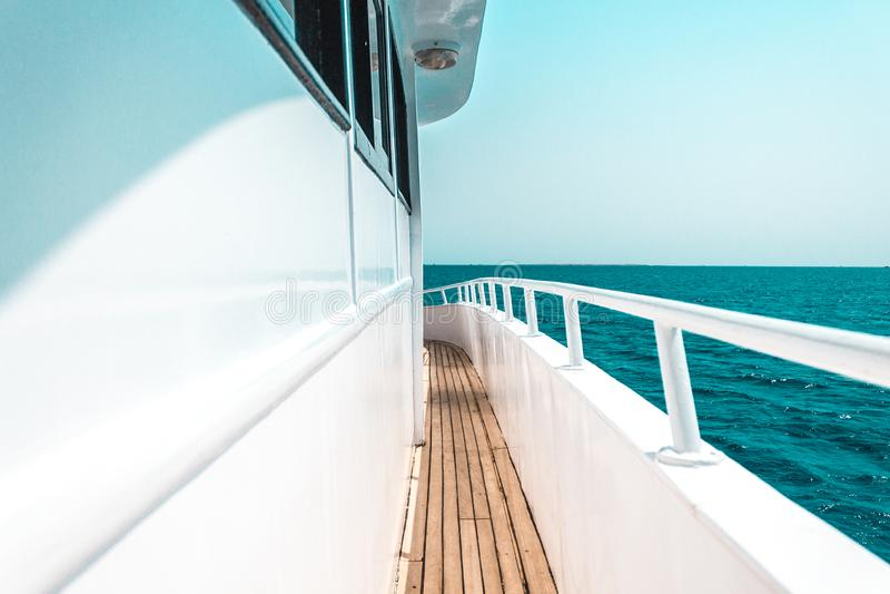 Красивые части яхты или корабля, взгляд со стороны плавания яхты на море стоковая фотография