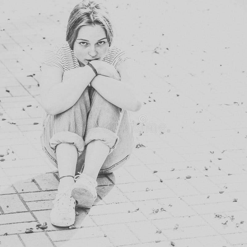 Красивые чернота и whi города улицы веснушек портрета стороны женщины стоковое изображение rf