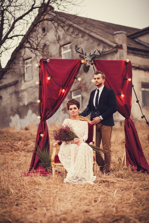 Красивые человек и женщина в элегантных одеждах стоковое изображение