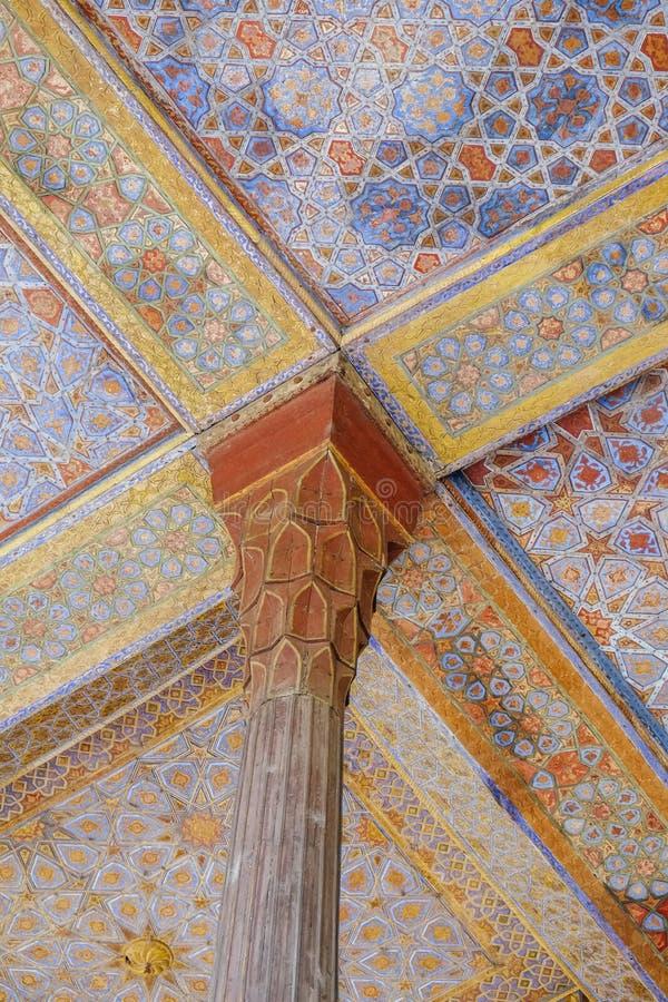 Красивые штендер и потолок старого персидского Chehel Sotoun Isfahan, Иран стоковое фото rf