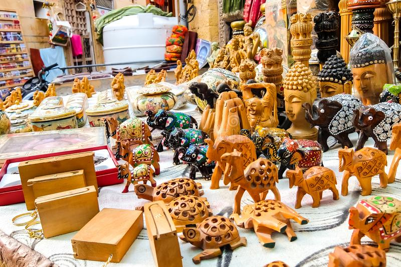 Красивые handmade сувениры в магазине улицы стоковые изображения