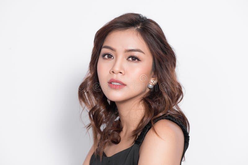 Красивый азиатский конец стороны женщины вверх по студии портрета молодой на gra стоковое изображение rf