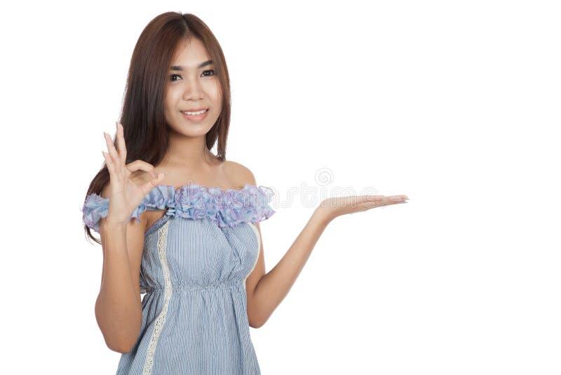 Красивый азиатский настоящий момент женщины знак что-то и выставки ОДОБРЕННЫЙ стоковые фотографии rf