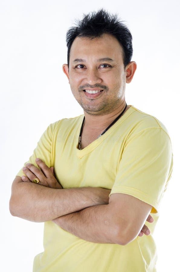 Красивый азиатский человек с желтой рубашкой стоковое изображение rf