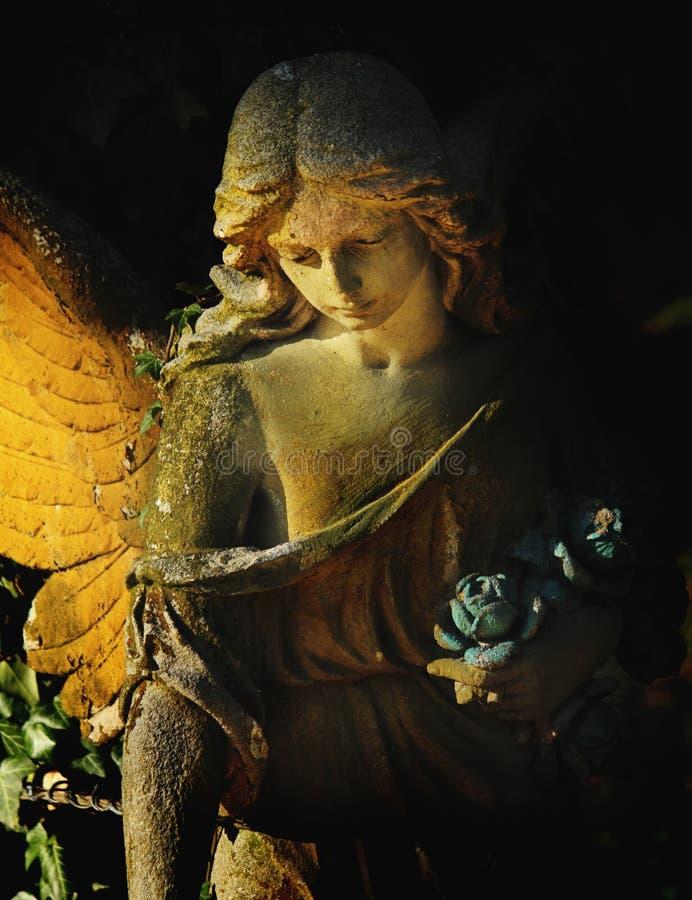 Красивый ангел на темной предпосылке (статуя) стоковое изображение rf