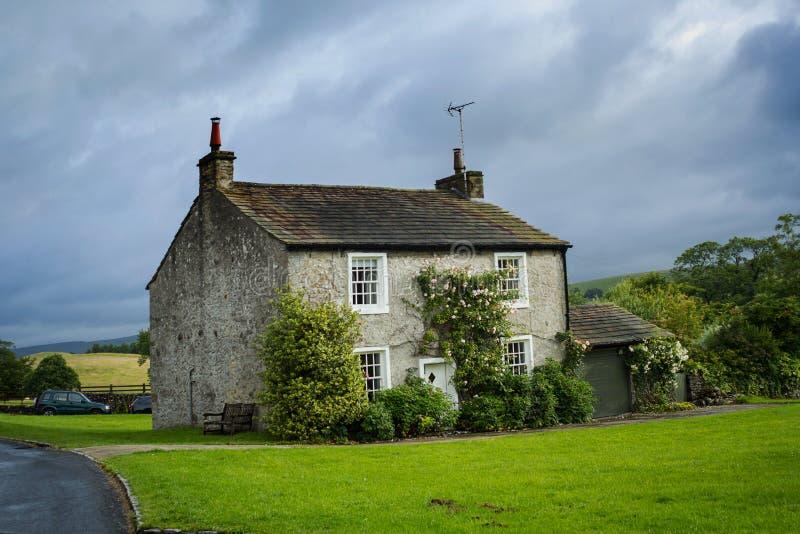 Красивый английский дом с взбираясь розами стоковое фото rf