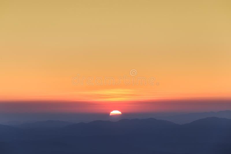 Красивый ландшафт горы и небо восхода солнца стоковое изображение