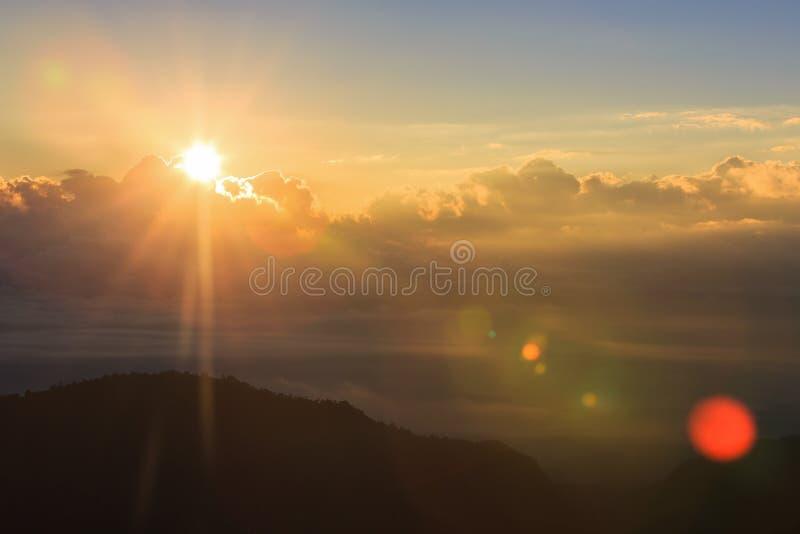 Download Красивый ландшафт лета с заходом солнца в горе Стоковое Фото - изображение насчитывающей напольно, вечер: 81811874