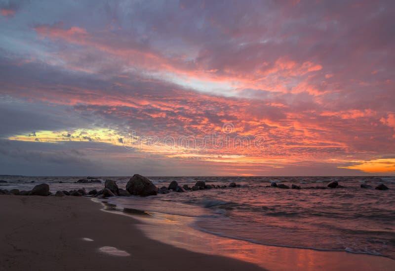 Красивый ландшафт моря после захода солнца стоковое фото