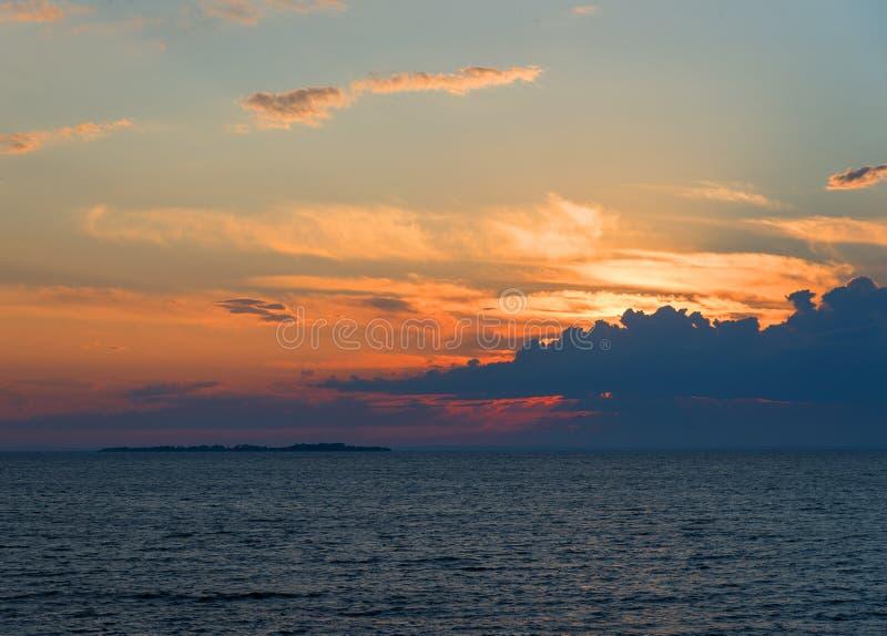 Красивый ландшафт моря после захода солнца стоковые фото