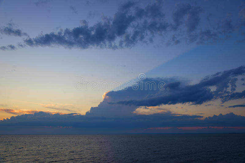 Красивый ландшафт моря после захода солнца стоковые изображения