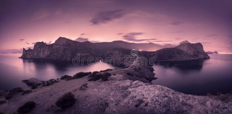Красивый ландшафт ночи с горами, морем и звёздным небом стоковая фотография rf