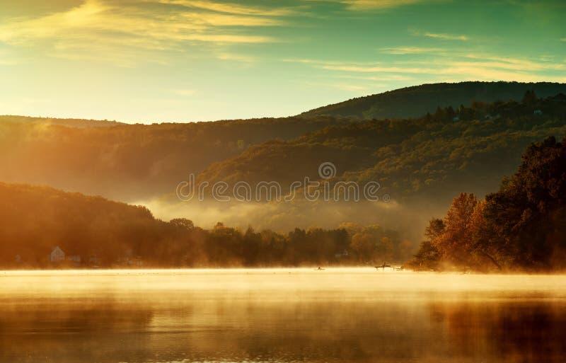 Красивый ландшафт осени, озеро в тумане утра стоковое фото rf