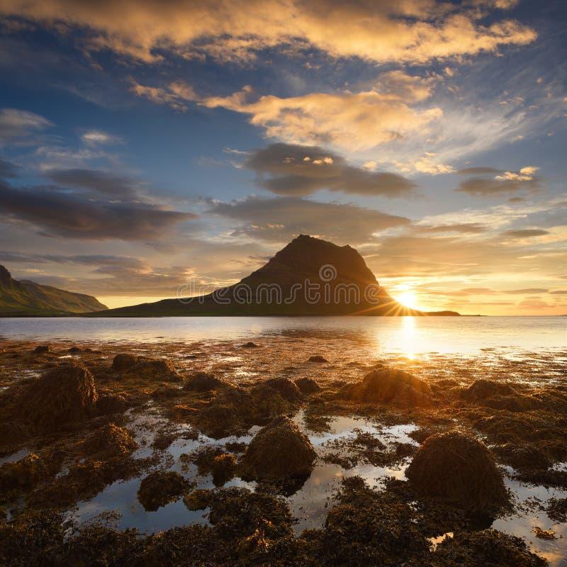 Красивый ландшафт с горой и океаном в Исландии стоковые изображения