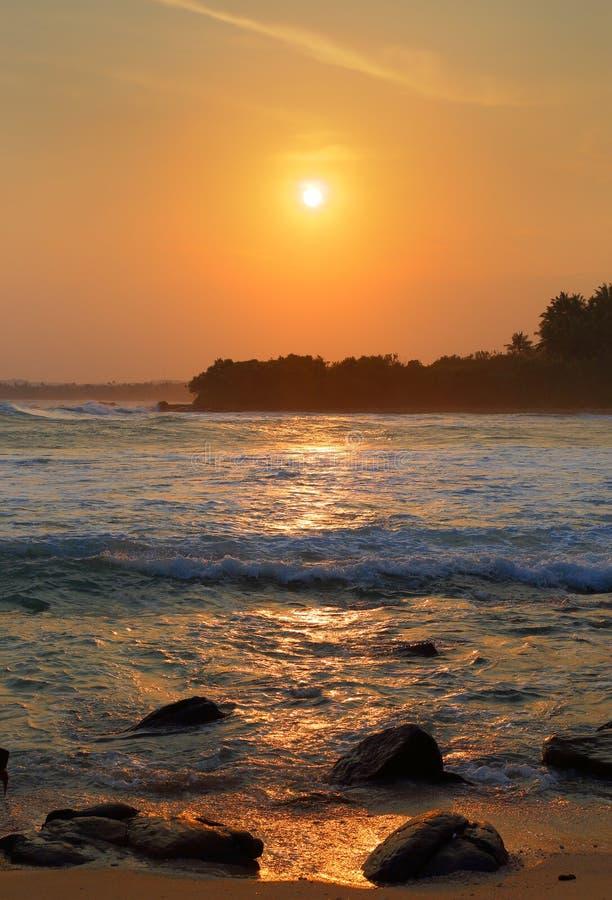 Красивый ландшафт с тропическим заходом солнца моря стоковые фото