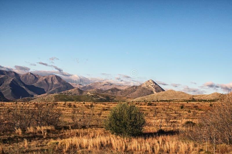 Красивый ландшафт утра с горами на предпосылке голубого неба Италия стоковое фото rf
