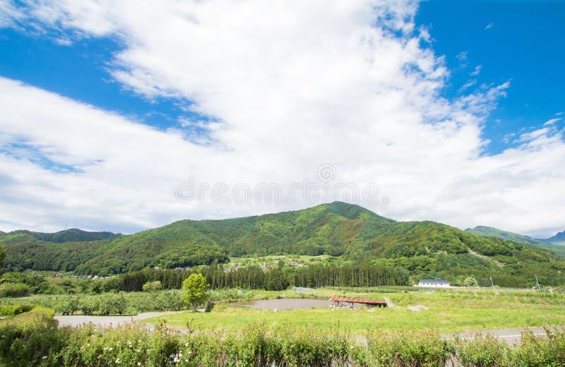Красивый ландшафт Takayama Мураы на солнечном лете или весеннем дне и голубого неба в районе Kamitakai в северо-восточном Nagano стоковая фотография rf