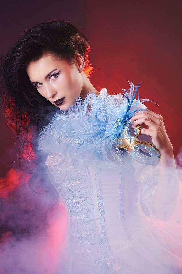 Красивый аристократ женщины вампира хеллоуина с венецианской маской стоковое фото