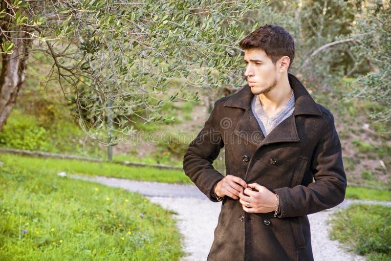 Красивый атлетический молодой человек в парке стоковое изображение