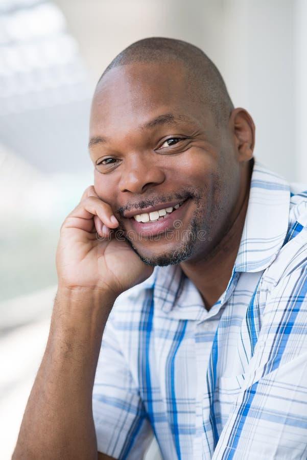 Download Красивый африканский человек Стоковое Фото - изображение насчитывающей способ, счастливо: 33739638