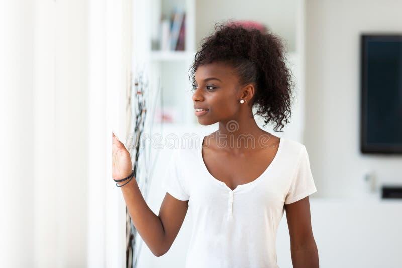 Красивый Афро-американский портрет женщины - чернокожие люди стоковые изображения