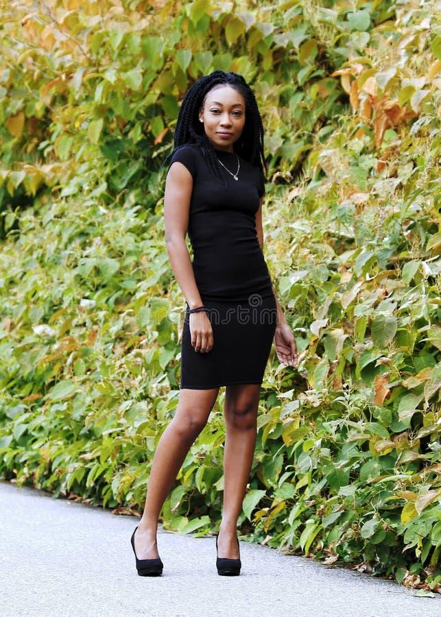 Красивый Афро-американский усмехаться девушки стоковое изображение rf
