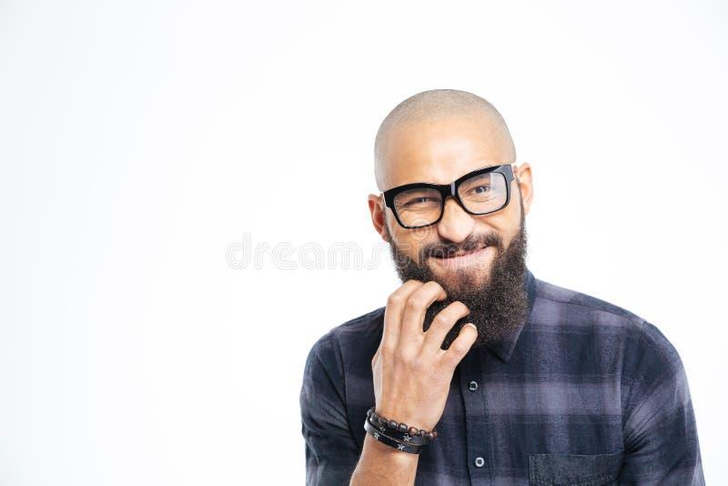 Красивый Афро-американский человек в стеклах царапая его бороду стоковое фото