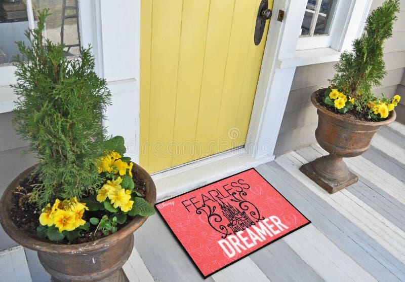 Красивый безбоязненный фантазер напечатал половик входа детей шерстяной радушный вне дома с желтыми цветками и листьями стоковое изображение rf