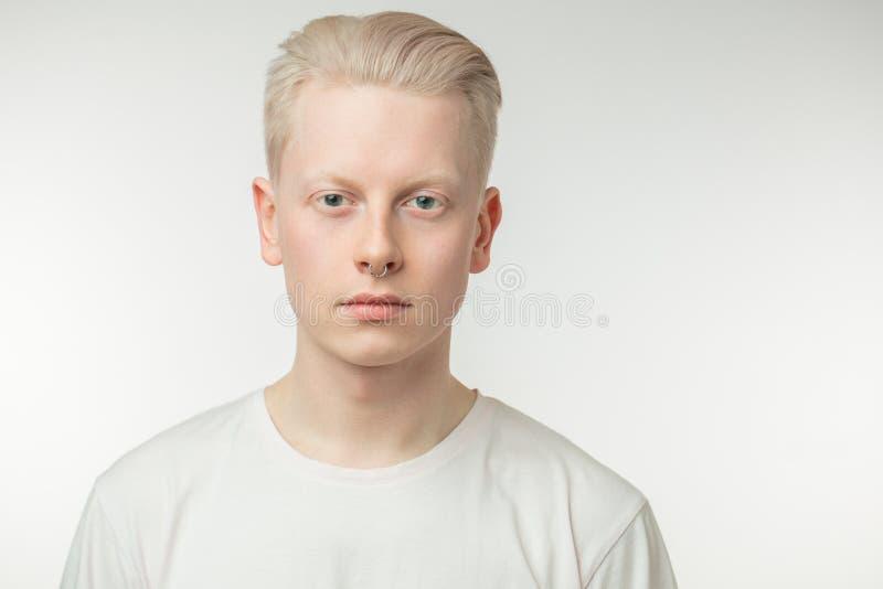 Красивый белокурый человек при голубые глазы изолированные на белизне стоковое изображение