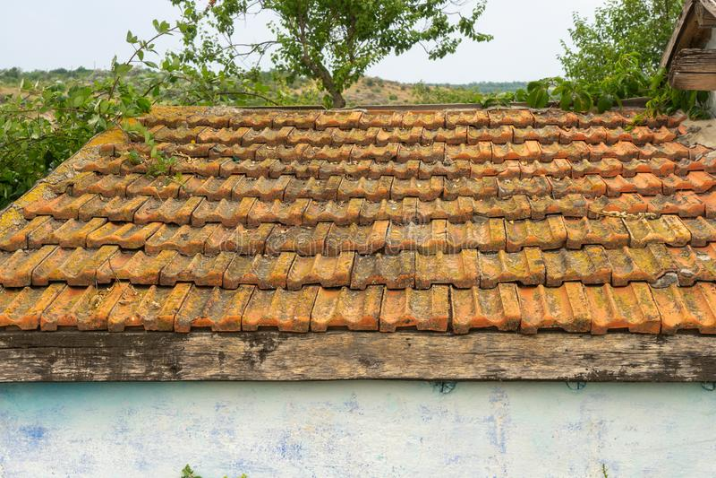 Красивый белый деревенский коттедж с коричневой крыть черепицей черепицей крышей стоковое изображение rf