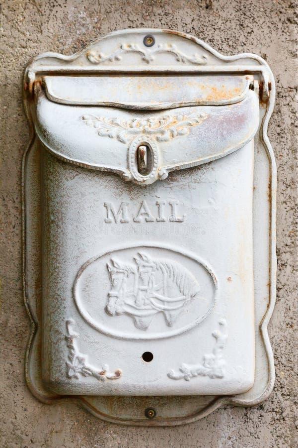 Красивый, белый, старый почтовый ящик вися на стене стоковое изображение rf
