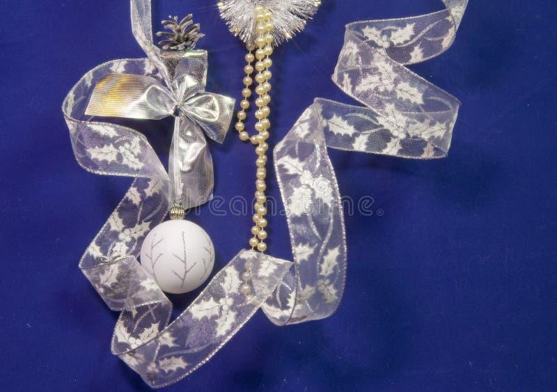 Красивый белый стеклянный шарик ` s Нового Года с серебряной картиной, белой гениальной сусалью, конусом и жемчугом отбортовывает стоковые изображения