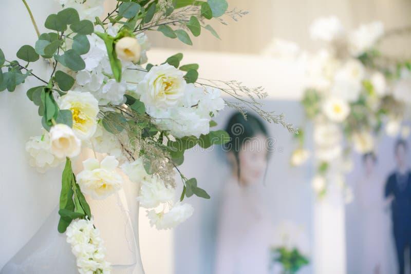 Красивый белый фон свадьбы с белым цветком Оформление свадьбы, космос экземпляра стоковые изображения