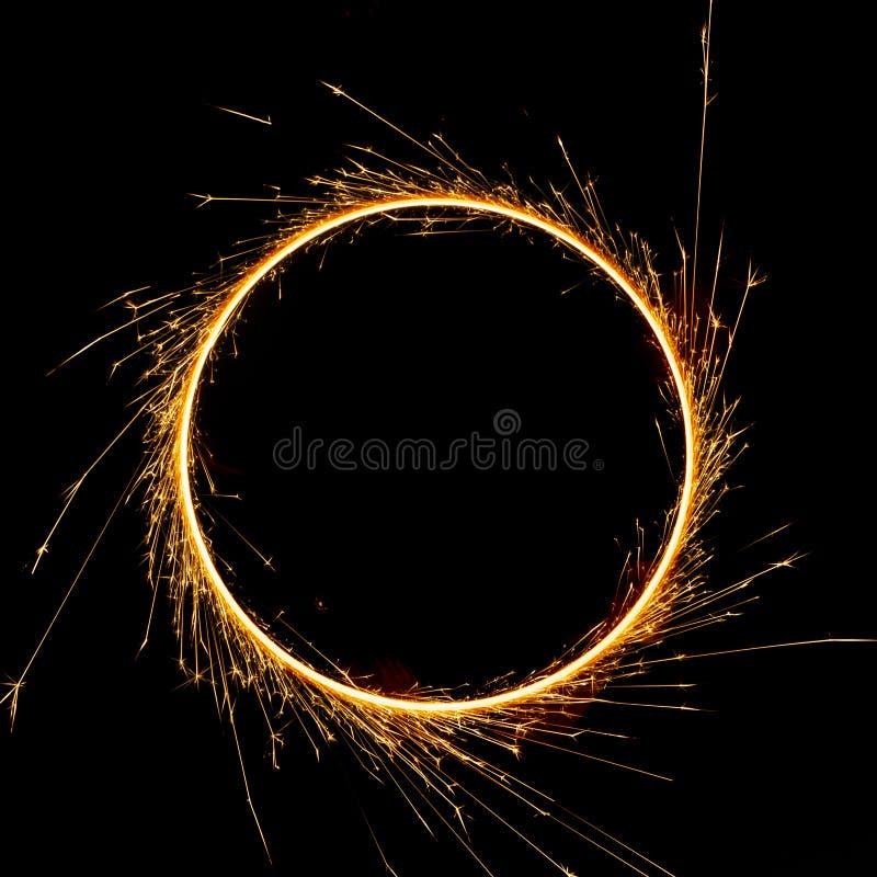 красивый бенгальский огонь в круге на черной предпосылке стоковое фото