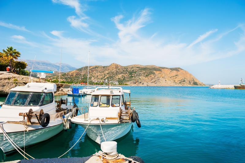 Красивый берег моря с шлюпками в Agia Galini, Крите, Греции стоковое фото rf