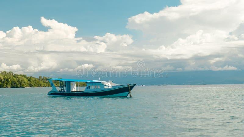 Красивый берег моря с шлюпкой стоковое изображение rf