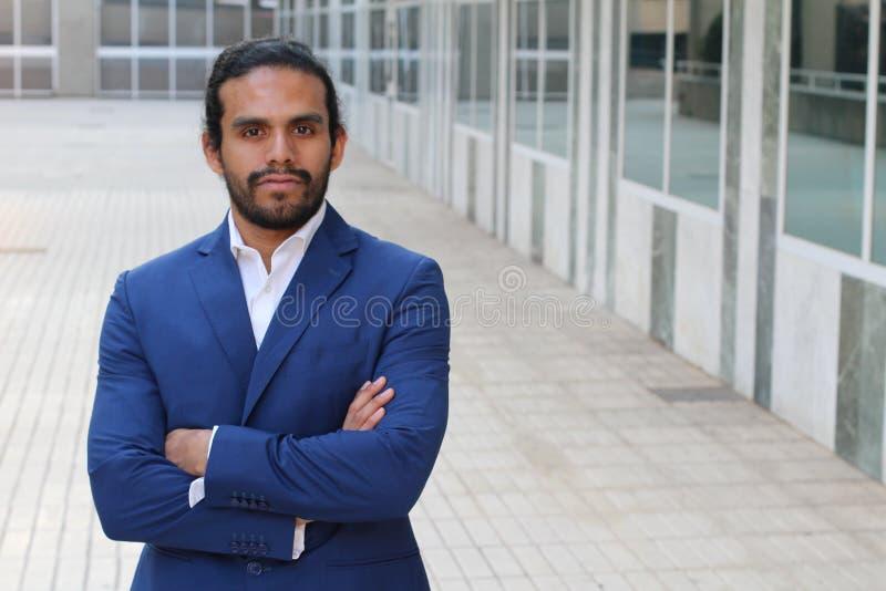 Красивый бизнесмен вне офисного здания стоковое фото