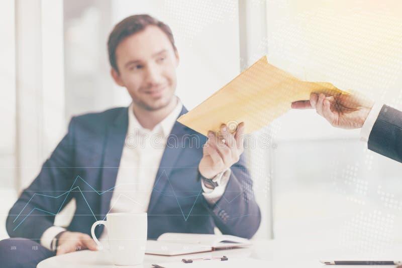 Красивый бизнесмен держа документы стоковые изображения rf