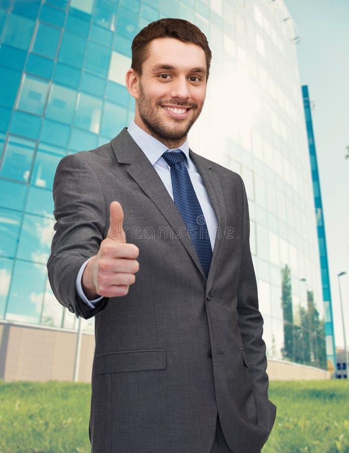 Красивый бизнесмен показывая большие пальцы руки вверх стоковая фотография rf