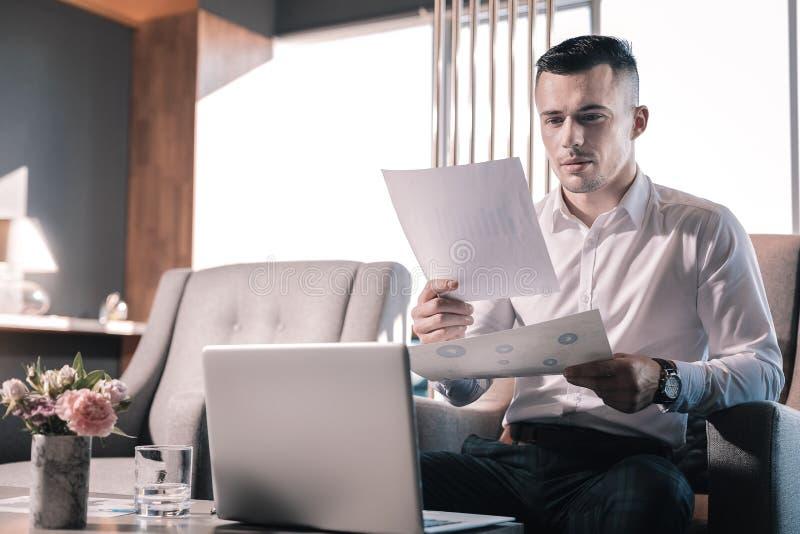 Красивый бизнесмен работая крепко перед международной встречей стоковые изображения rf