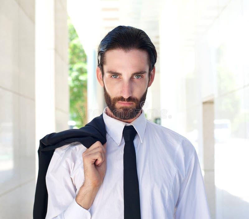 Красивый бизнесмен с белыми рубашкой и черным галстуком стоковые изображения rf