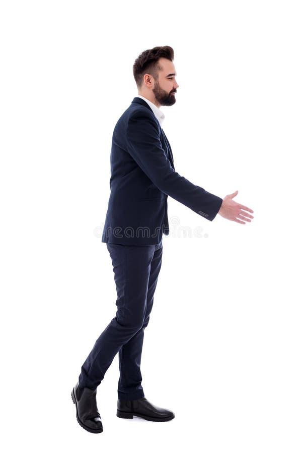 Красивый бизнесмен с открытой рукой готовой для рукопожатия изолированного на белизне стоковое изображение rf